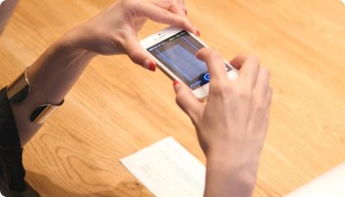 スマートフォンで領収書を撮影する個人事業主